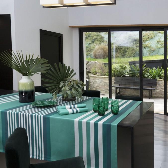 Nappe de table avec des rayures et couleur celadon
