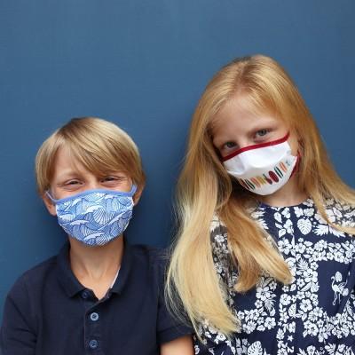 caso surtido de máscaras con estampados de surf