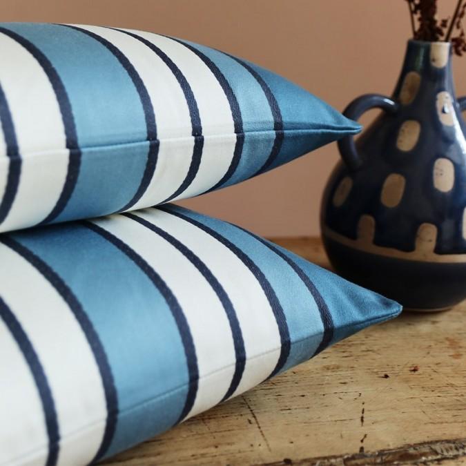 Funda de cojín Espelette, elegante y clásica con su color azul medianoche